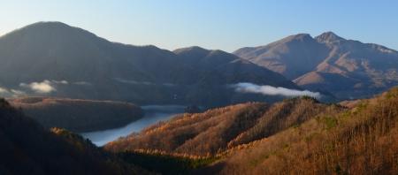 あしびきの山々を眺めつつ、冬へのしつらえに忙しい今日この頃です。